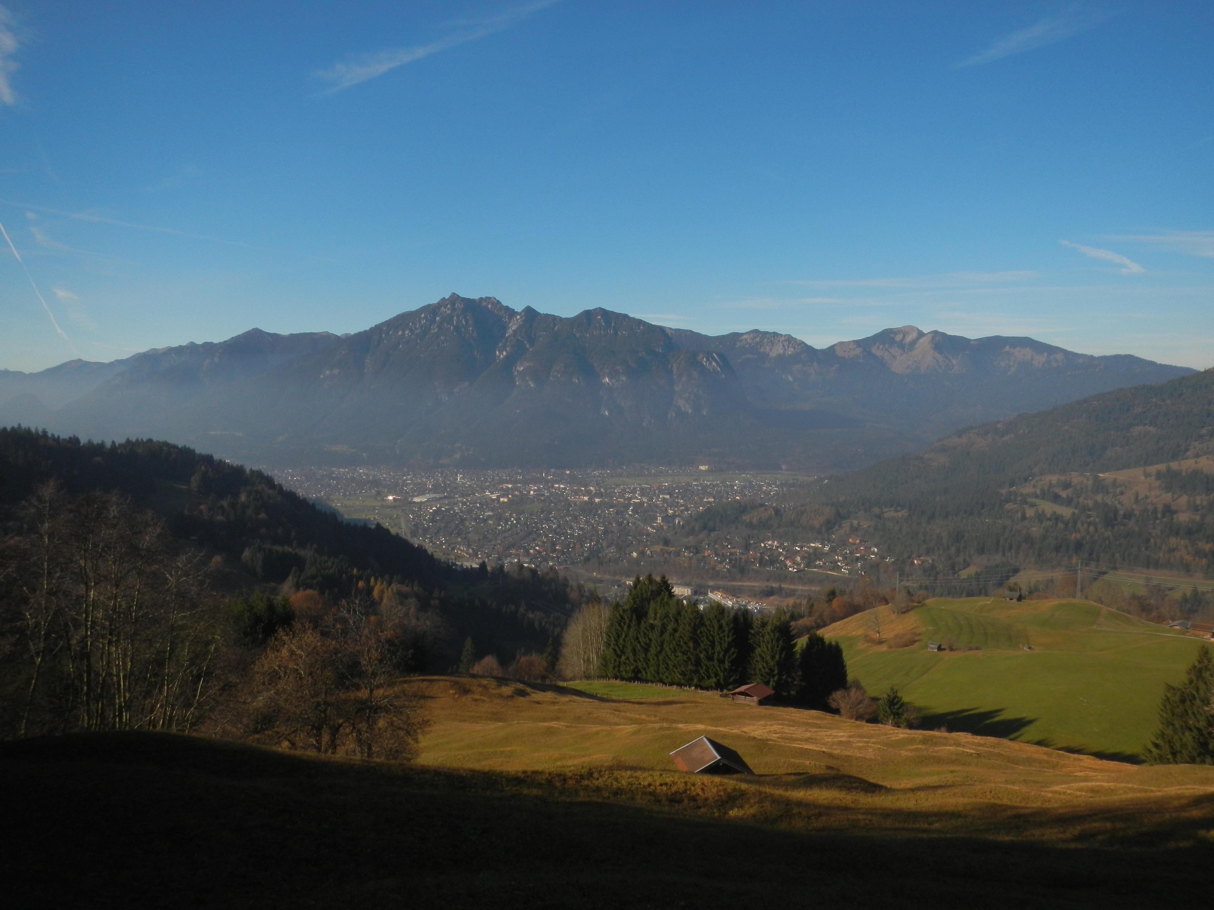 Bergab Richtung Wamberg Ausblicke auf Garmisch-Partenkirchen und den Kramer