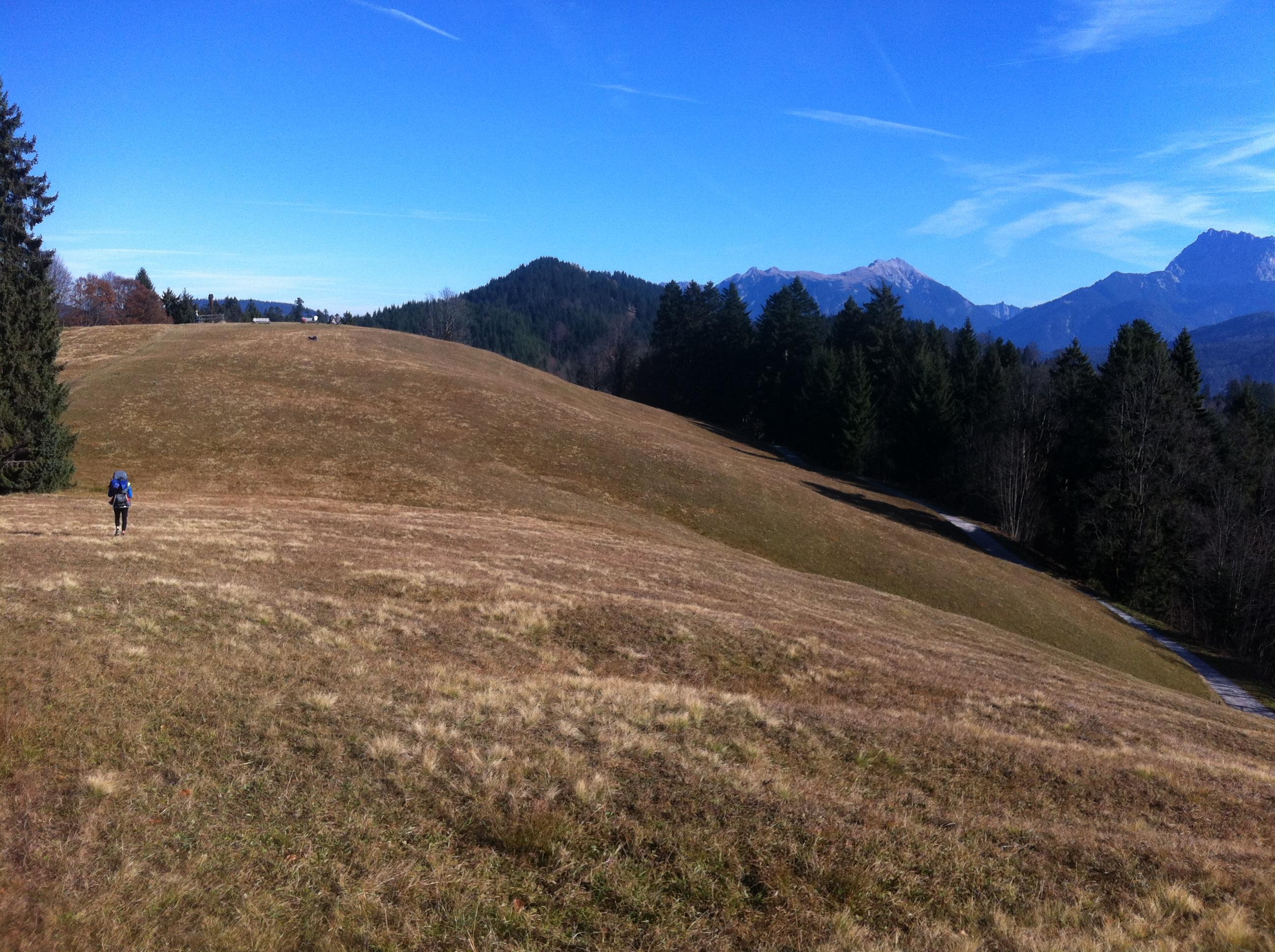 Auf der Suche nach einem Platz auf der Bergwiese für die Mittagspause.