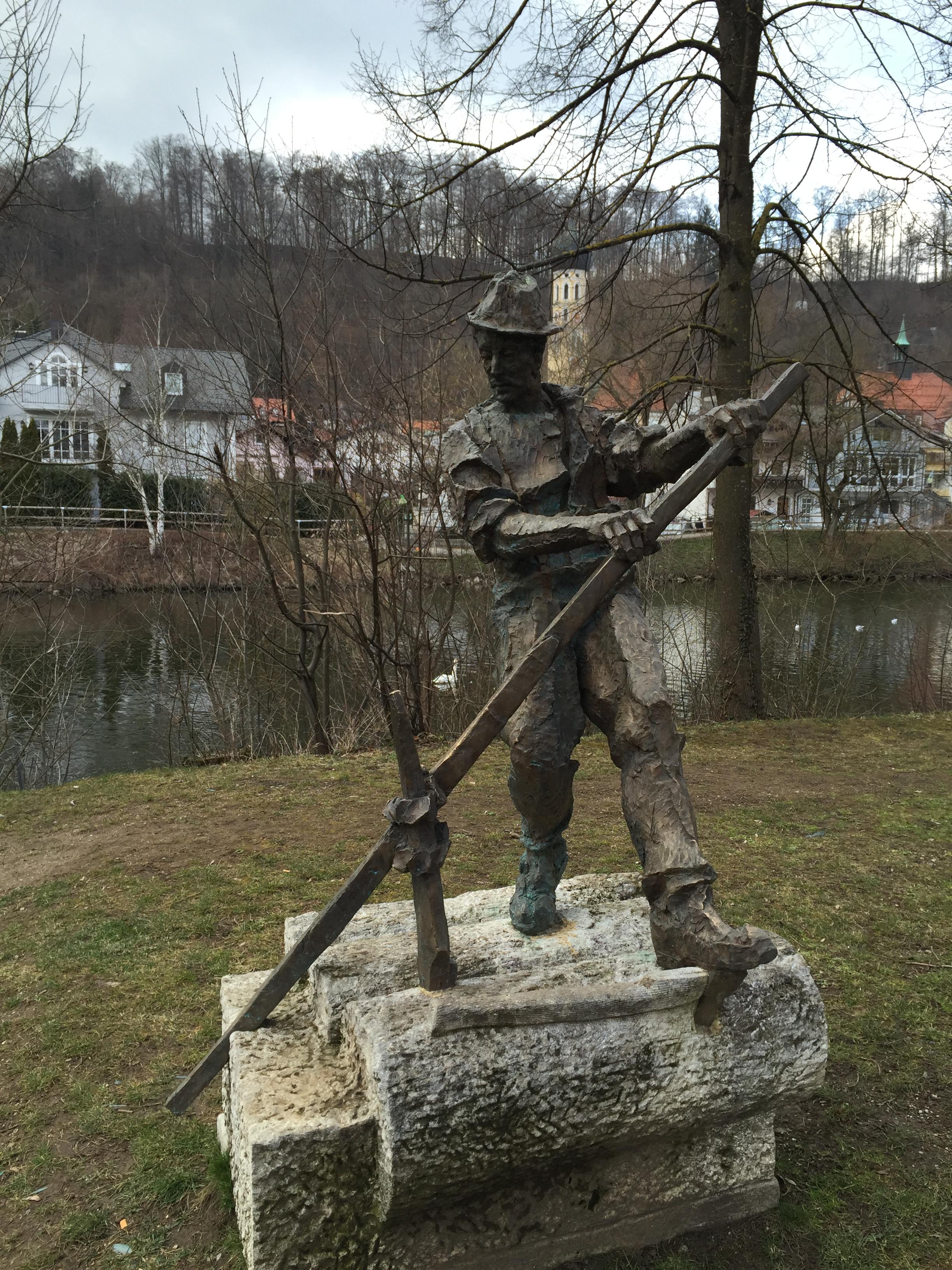 Darf natürlich in diesem Artikel nicht fehlen: das Flößer-Denkmal an der Loisach in Wolfratshausen.