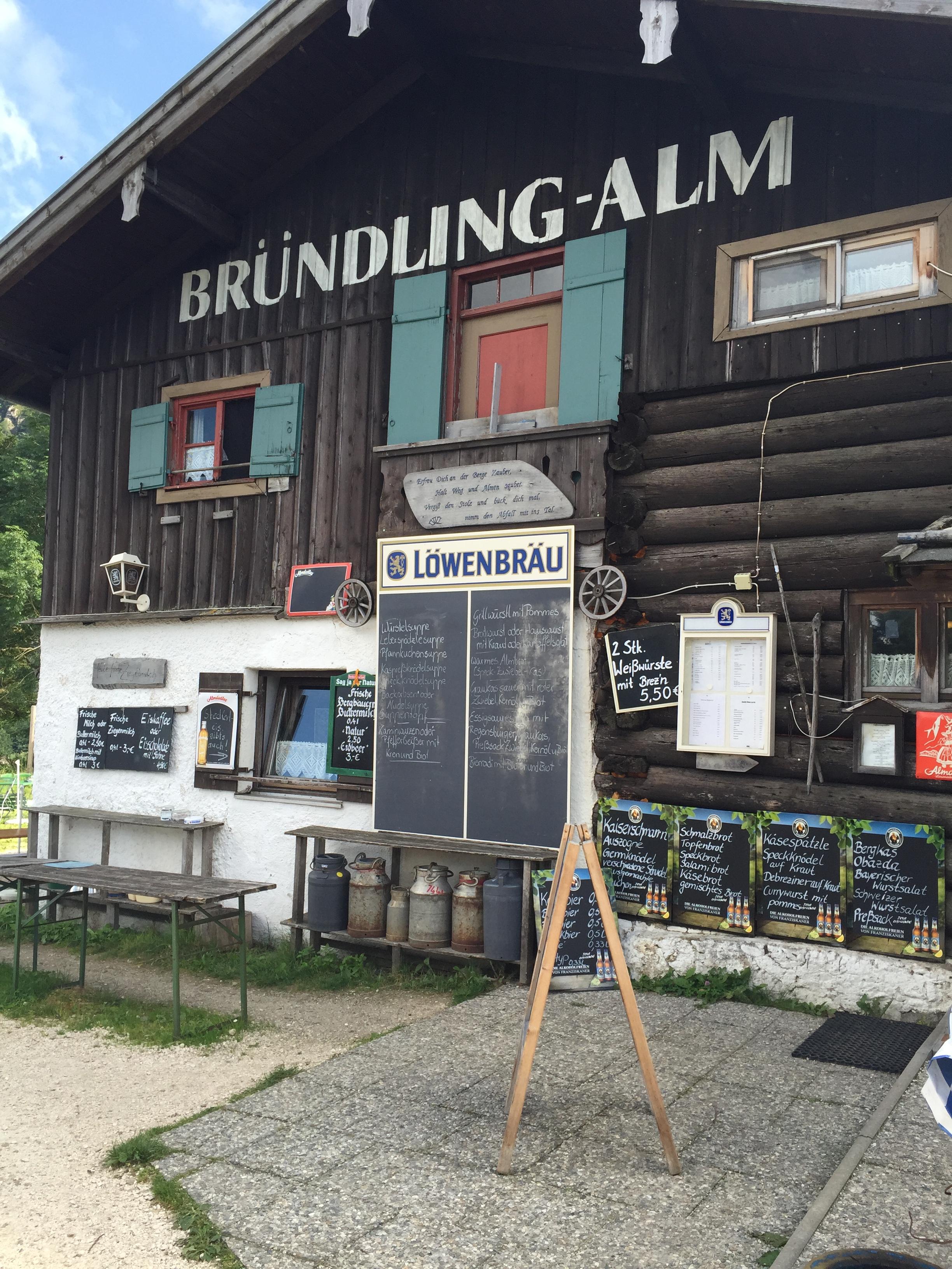 Die Bründling-Alm auf halber Strecke zum Hochfelln.