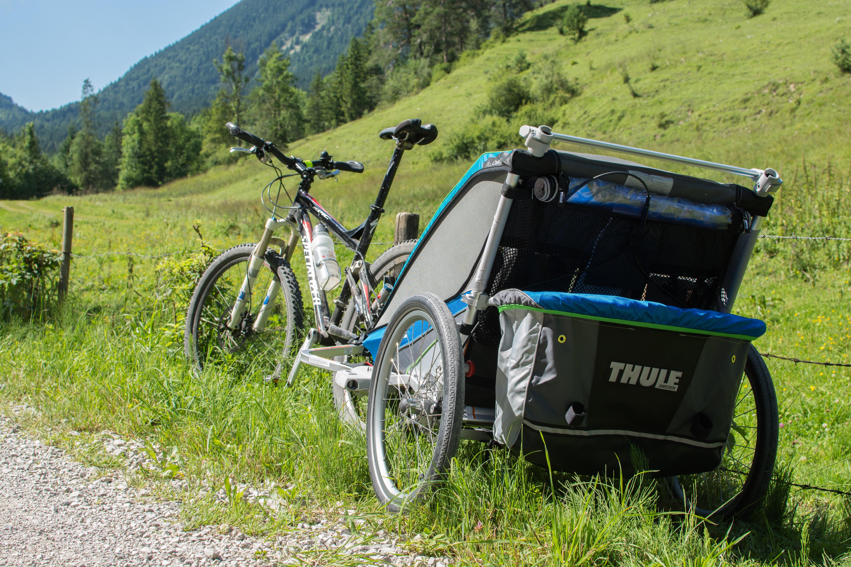 Wir haben Zuwachs bekommen: den knallig blauen CX2 von Thule Chariot.