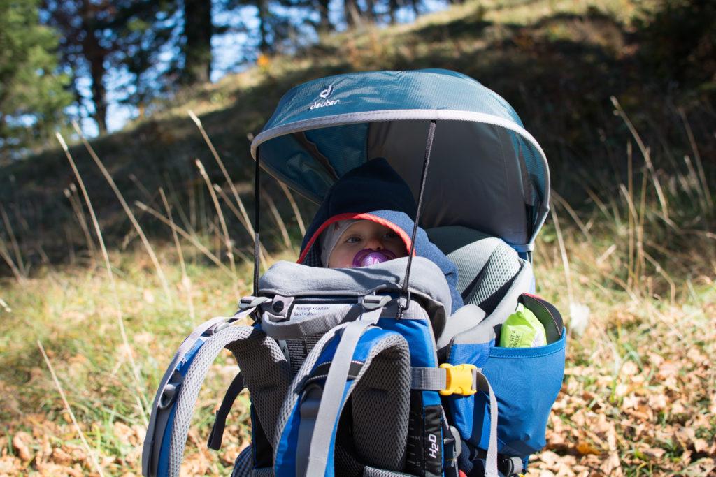 Erste Bergwanderung für das Babymädchen in der Kraxe