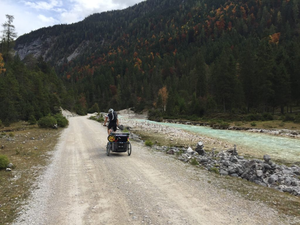 MTB-Tour mit Fahrradanhänger entlang der Isar im Hinterautal