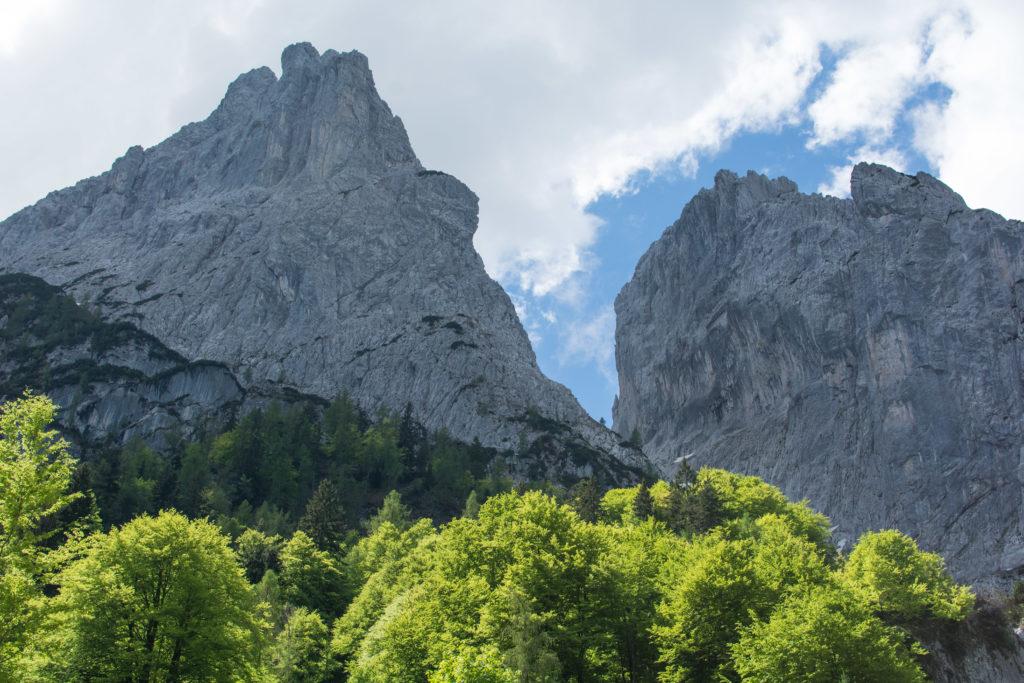 Auf dem Aufstieg vom Kaiserbachtal zum Stripsenjochhaus haben wir Predigtstuhl und Fleischbank lange im Blick bzw. wandern unterhalb entlang.