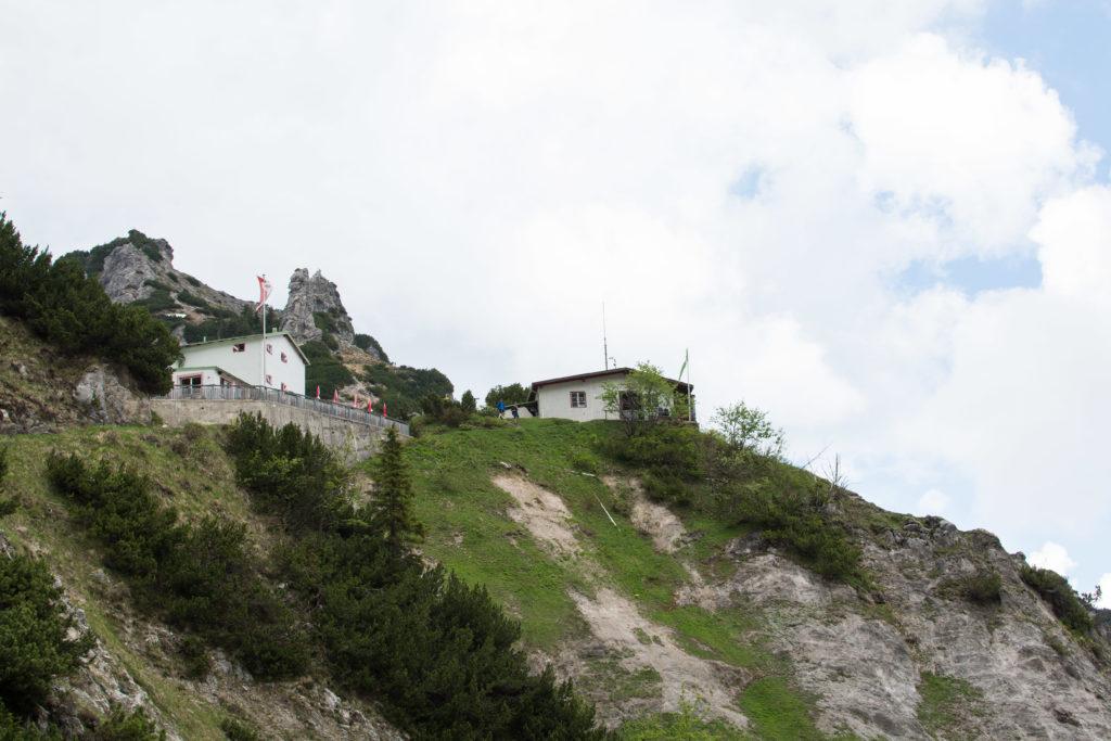 Das Stripsenjochhaus mit dem Stripsenkopf links dahinter.
