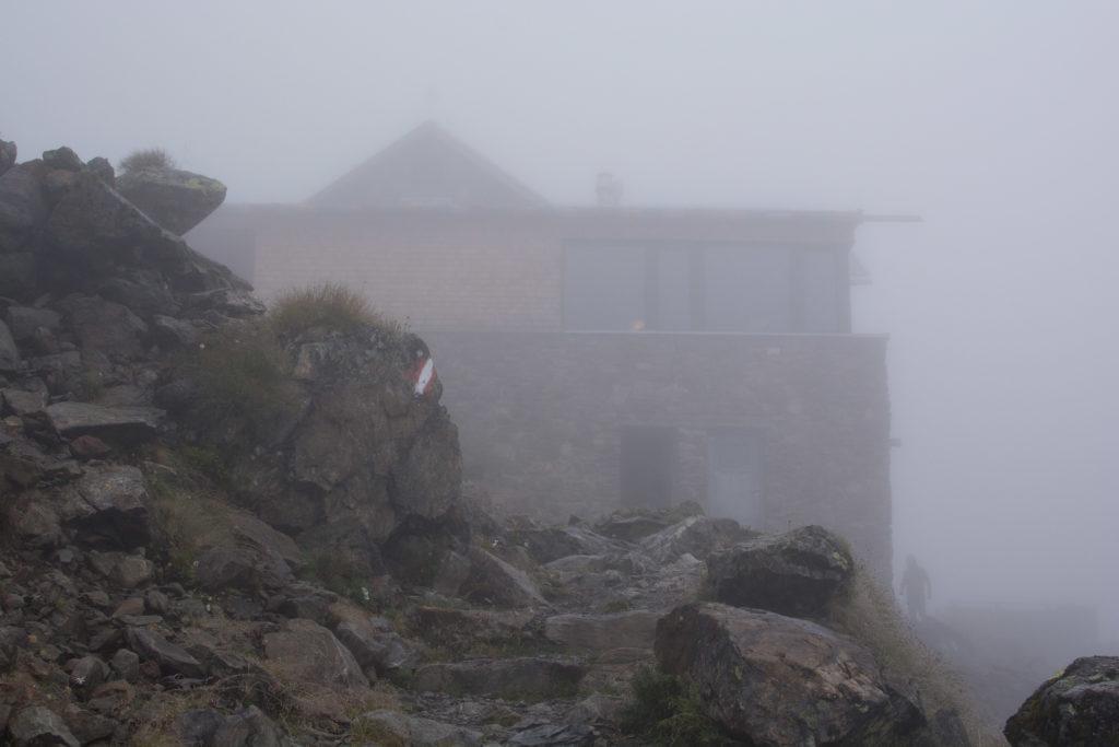 Winnebachseehütte im Nebel