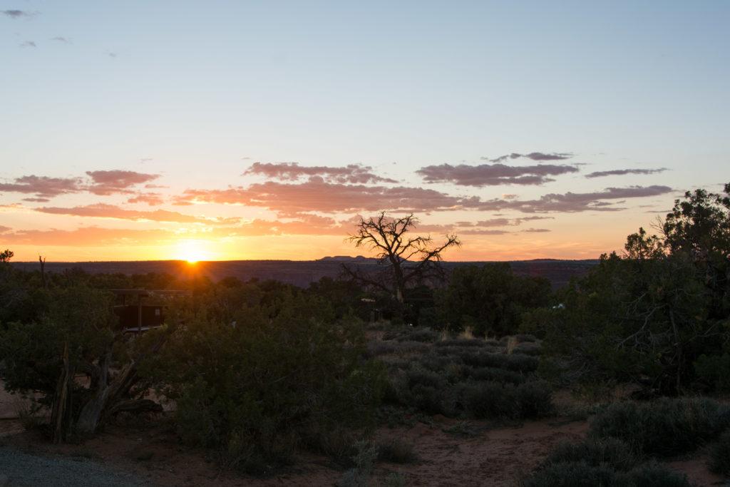 Den Sonnenuntergang im Campingstuhl genießen.