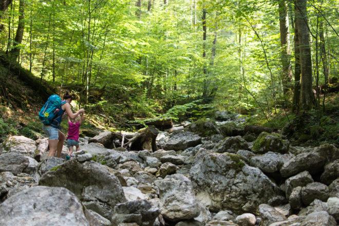 Wandern mit Kindern im Sommer durch den Bach zum Lainbachfall