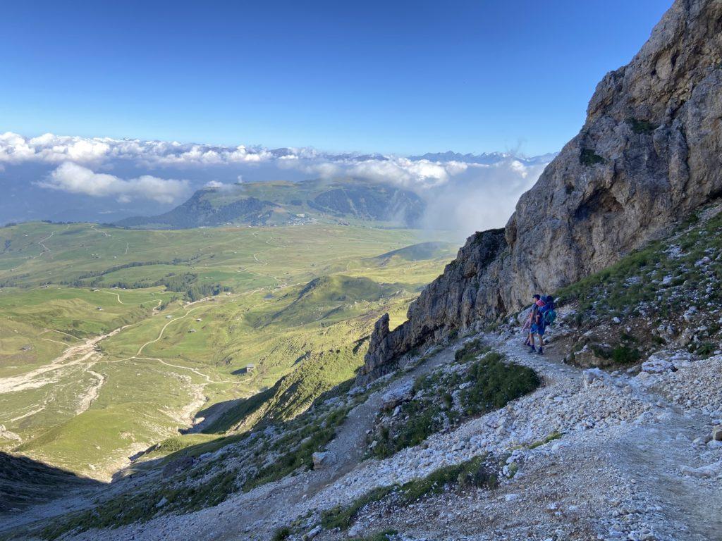 Wandern mit Kindern auf der Seiser Alm. Blick von oben beim Abstieg durch die Rosszahnscharte.