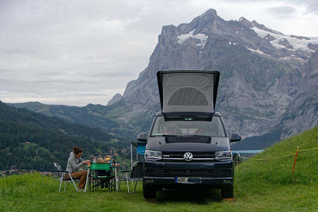 Camping mit Kindern im VW Bus oberhalb von Grindelwald