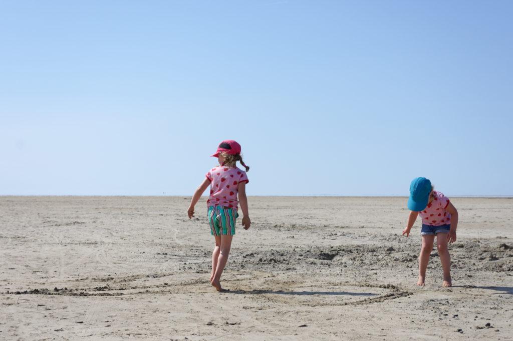 Spielen am Westerhever Strand an der Nordsee