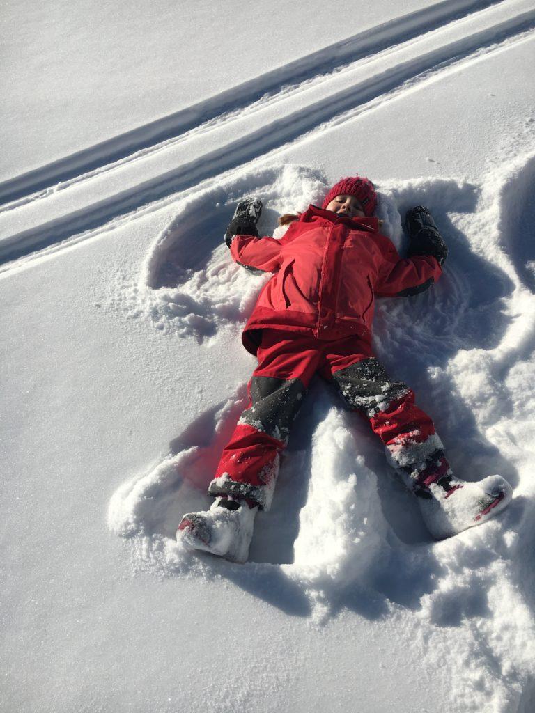 Winter-Aktivitäten mit Kindern Schnee-Engel