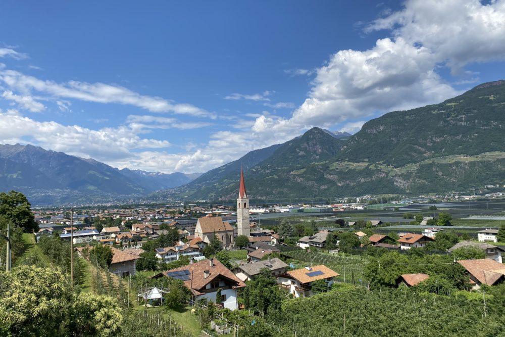Blick auf Lana in Südtirol